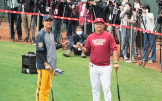 TAOYUAN, TAIWAN - APRIL 11: Manager Chang-Jung,Ciu (L) of CTBC Brothers and Manager Tseng,Hao-Chu (R) of Rakuten Monkeys at the courtside prior to the CPBL season opening game between Rakuten Monkeys and CTBC Brothers at Taoyuan International Baseball Stadium on April 11, 2020 in Taoyuan, Taiwan. (Photo by Gene Wang/Getty Images)