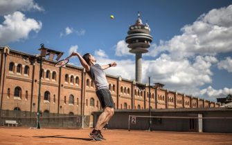 epaselect epa08397555 A sportsman plays tennis on a clay court in Vienna, Austria, 02 May 2020. Loosening measures slowing down the ongoing pandemic of the COVID-19 disease, which is caused by the SARS-CoV-2 coronavirus, for hair salons, stores with a shop area over 400 square meters and outdoor sports facilities without physical contact become effective from 02 May onwards after 46 days of restrictions concerning the movement of individuals. A minimum distance of one metre to all persons in public space who do not live in the same household remains, public events with a maximum of ten participants and private meetings are allowed.  EPA/CHRISTIAN BRUNA