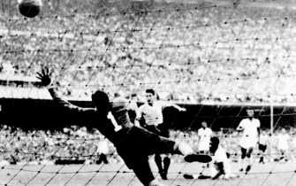Uruguayan forward Juan Alberto Schiaffino (C) kicks the ball past Brazilian goalkeeper Moacyr Barbosa to tie the score at 1 during the World Cup final round soccer match between Uruguay and Brazil 16 July 1950 in Rio de Janeiro. Uruguay upset Brazil 2-1 to win its second World title after winning the first World Cup in 1930 in Uruguay. AFP PHOTO  (Photo credit should read STAFF/AFP via Getty Images)