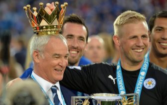 epa05294479 Leicester City's manager Claudio Ranieri  (L) with Leicester City's goalkeeper Kasper Schmeichel (R) celebrate with the Premier League trophy after the English Premier League match between Leicester City and Everton at the King Power stadium Leicester in Leicester, Britain, 07 May 2016.  EPA/PETER POWELL EDITORIAL USE ONLY. No use with unauthorized audio, video, data, fixture lists, club/league logos or 'live' services. Online in-match use limited to 75 images, no video emulation. No use in betting, games or single club/league/player publications