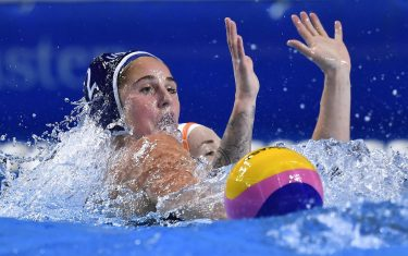 epa07635660 Madeline Musselmann of the US (L) vies for the ball with Nomi Stomphorst of the Netherlands during the women's water polo World League Super Final semifinal match between the Netherlands and the United States in Duna Arena in Budapest, Hungary, 08 June 2019.  EPA/Tibor Illyes HUNGARY OUT