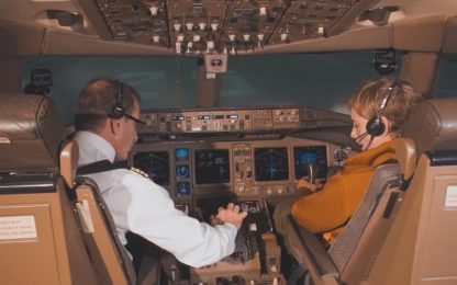 Bebe Vio sfida Parmitano e pilota un aereo. VIDEO