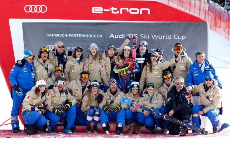 La squadra italiana festeggia dopo la discesa di Garmish (foto Getty)
