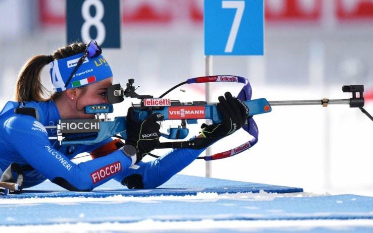 Lisa Vittozzi impegnata nel poligono a terra durante la sprint del Mondiale di Anterselva (Getty)