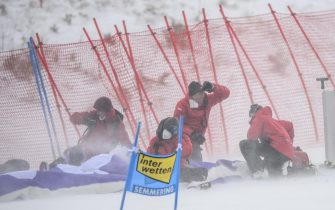 epa08907668 Workers try to prepare the slope for the second run of the Women's Giant Slalom race at the FIS Alpine Skiing World Cup in Semmering, Austria, 28 December 2020.  The race was cancelled due to strong wind.  EPA/CHRISTIAN BRUNA
