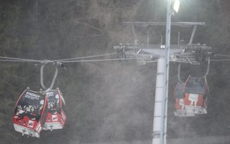epa08907650 Gondolas of the cable car struggle with strong wind ahead of the second run of the Women's Giant Slalom race at the FIS Alpine Skiing World Cup in Semmering, Austria, 28 December 2020.  The race was cancelled due to strong wind.  EPA/CHRISTIAN BRUNA