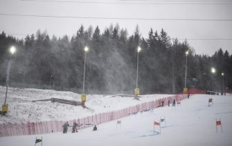 epa08907667 Workers try to prepare the slope for the second run of the Women's Giant Slalom race at the FIS Alpine Skiing World Cup in Semmering, Austria, 28 December 2020.  The race was cancelled due to strong wind.  EPA/CHRISTIAN BRUNA