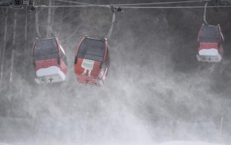 epa08907649 Gondolas of the cable car struggle with strong wind ahead of the second run of the Women's Giant Slalom race at the FIS Alpine Skiing World Cup in Semmering, Austria, 28 December 2020.  The race was cancelled due to strong wind.  EPA/CHRISTIAN BRUNA