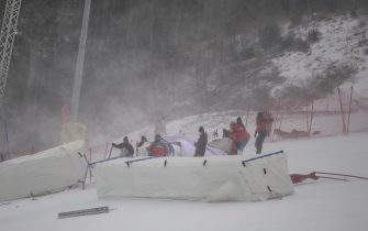 epa08907669 Workers try to prepare the slope for the second run of the Women's Giant Slalom race at the FIS Alpine Skiing World Cup in Semmering, Austria, 28 December 2020.  The race was cancelled due to strong wind.  EPA/CHRISTIAN BRUNA