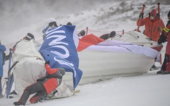 epa08907665 Workers try to prepare the slope for the second run of the Women's Giant Slalom race at the FIS Alpine Skiing World Cup in Semmering, Austria, 28 December 2020.  The race was cancelled due to strong wind.  EPA/CHRISTIAN BRUNA