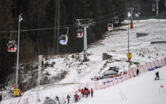 epa08907670 Workers try to prepare the slope for the second run of the Women's Giant Slalom race at the FIS Alpine Skiing World Cup in Semmering, Austria, 28 December 2020.  The race was cancelled due to strong wind.  EPA/CHRISTIAN BRUNA