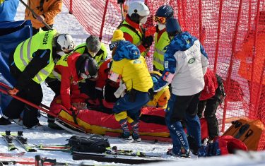 US Tommy Ford is evacuated on a stretcher after falling while competing in the round 1 of the Men's Giant Slalom race during the FIS Alpine ski World Cup on January 9, 2021, in Adelboden. (Photo by Fabrice COFFRINI / AFP) (Photo by FABRICE COFFRINI/AFP via Getty Images)