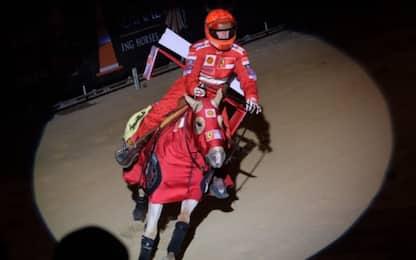 Gina Schumacher in sella in tuta Ferrari. FOTO
