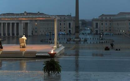 Papa prega in una piazza San Pietro deserta. FOTO