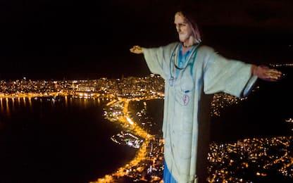 """Il Cristo di Rio """"indossa"""" il camice. LE FOTO"""