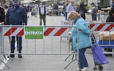Il mercato rionale di via Val Maira nella prima giornata di riapertura dei mercati rionali allo scoperto con accessi contingentati a Milano,  7 Maggio 2020.ANSA/Andrea Fasani