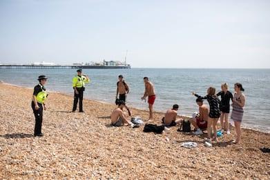 Inghilterra, tutti al mare: ma non si può. FOTO