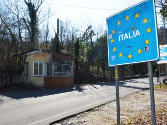 In Slovenia sono iniziati i controlli alla frontiera con l'Italia, e l'ingresso di persone è consentito solo ai cittadini sloveni o ai possessori di un permesso di residenza permanente o temporanea, 11 marzo 2020.   ANSA/MAURO ZOCCHI