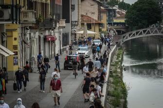 Persoe a passeggio  lungo i Navigli di Milano, 10 Maggio 2020.   Ansa/Matteo Corner