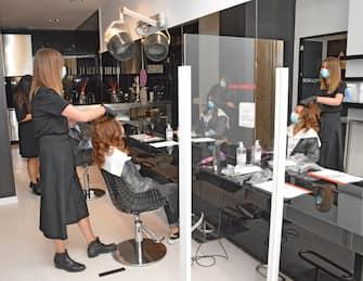 Una simulazione nel negozio di parrucchieria ed estetista in previsione di una ripartenza ad Ancona, 8 maggio 2020. ANSA/Giunta Regione Marche EDITORIAL USE ONLY NO SALES