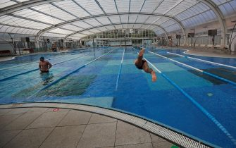 epa08393200 Gym users keeping the safety distance in the swimming pool during the press preview to present the safety measures at Dir gym in Barcelona, Spain, 30 April 2020. The gym chain Dir prepares some measures to keep the safety distance among users ahead of its post-confinement re-opening. Spain is under a lockdown to avoid the spreading of pandemic of the COVID-19 disease caused by the SARS-CoV-2 coronavirus.  EPA/Alejandro Garcia