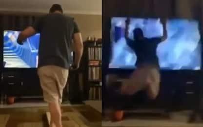 Realtà virtuale, papà si schianta contro tv. VIDEO