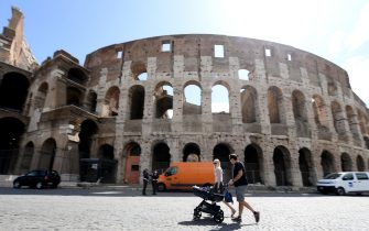 A family walk in front of the Colosseum, the largest amphitheater in the world as well as the most imposing monument of ancient Rome, located in the center of Rome, Italy, 19 May 2020. Italy is gradually easing lockdown measures implemented to stem the spread of the SARS-CoV-2 coronavirus that causes the COVID-19 disease.  ANSA / ETTORE FERRARI