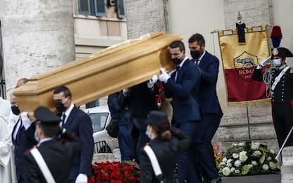 Gigi Proietti, l'ultimo saluto: omaggio della Roma