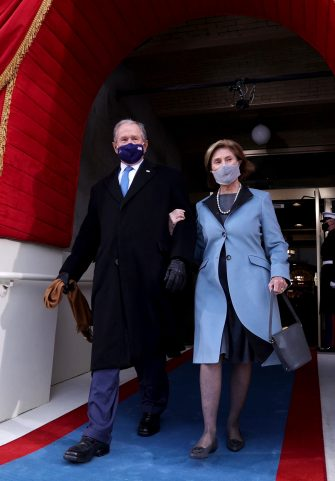 epa08952110 Former U.S President George W. Bush (L) and his wife Laura Bush (R) arrive before the inauguration of Joe Biden as US President in Washington, DC, USA, 20 January 2021. Biden won the 03 November 2020 election to become the 46th President of the United States of America.  EPA/JONATHAN ERNST / POOL