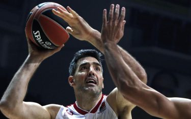 epa07996507 Anthony Gill (R) of Khimki Moscow Region in action against  Luis Scola (L) of Ax Armani Exchange Milan during the Euroleague basketball match between Khimki Moscow Region and Ax Armani Exchange Milan in  Moscow, Russia, 14 November 2019.  EPA/SERGEI ILNITSKY