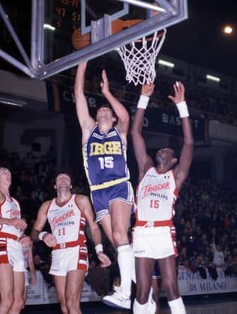 Foto Archivio Storico LaPresse20-12-1987 Desio, ItaliasportbasketIrge Desio vs Tracer Olimpia MilanoNella foto: Dino Meneghin, BobMcAdoo