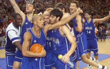 BER34 - 19990703 - PARIS, FRANCE : Italians jubilate after winning the Euro 99 Basketball championships final against Spain 03 July 1999 in Paris. Italy won 64-56. (ELECTRONIC IMAGE)