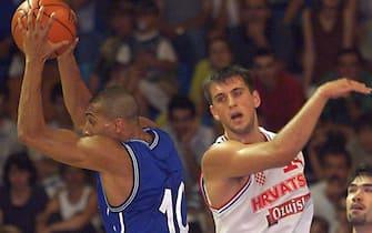 L'Italien Myers Carlton (G) est à la lutte avec le Croate Vujcic Nikola (D) le 21 juin 1999 lors des championnats d'Europe de basket à Antibes. (IMAGE NUMERIQUE).   / AFP PHOTO / PASCAL GUYOT        (Photo credit should read PASCAL GUYOT/AFP via Getty Images)