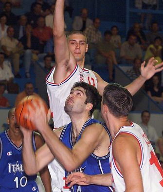 L'Italien Denis Marconato (C, bas) marque un panier contre le Croate Ruzic Jurica (H) le 21 Juin 1999 lors des championnats d'europe de basket a Antibes. (IMAGE NUMERIQUE).  Italian Denis Marconato (C, with ball) is challenged by Croat Ruzic Jurica (top) before scoring for his team, 21 June1999 during their preliminary round match Italy vs Croatia at the European basketball nations championships in Antibes, southern France. (ELECTRONIC IMAGE) AFP PHOTO AFP/PASCAL GUYOT/PG/sb-vl / AFP PHOTO / PASCAL GUYOT        (Photo credit should read PASCAL GUYOT/AFP via Getty Images)