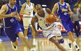 NIC06 - 19990622 - ANTIBES, ALPES MARITIMES, FRANCE : Italian Carlton Myers (C) runs past Bosnian Nenad Markovic (L) and Gordan Firic (R),  22 June 1999 in Antibes, southeastern France  during their first leg basketball European nations championship match Italy vs Bosnia, on the second day of the event. (ELECTRONIC IMAGE)