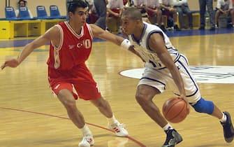 l'Italien Carlton Myers (D) tente de déborder le Turc Ibrahim Kutluay, le 23 juin 1999 à Antibes, lors du match Italie/Turquie, comptant pour la 3e journée de l'Euro-99 masculin de basket-ball. (IMAGE ELECTRONIQUE). / AFP PHOTO / PASCAL GUYOT        (Photo credit should read PASCAL GUYOT/AFP via Getty Images)