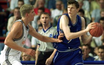 Itlay's Gregor Fucka (R) tries to shoot over German Kai Nuernberger in a Group F European basketball championship match 26 June 1999. (IMAGE NUMERIQUE) (Photo by Valery HACHE / AFP) (Photo by VALERY HACHE/AFP via Getty Images)