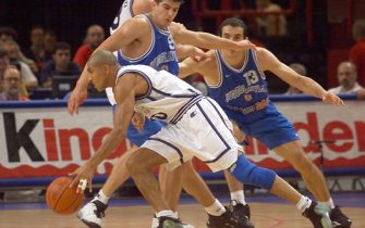 BER35 - 19990702 - PARIS, FRANCE : Italian Carlton Myers (front) drives past Yugoslavian Vlado Scepanovic (C) and Dragan Tarlac (R) as Italian Denis Marconato looks on during the Euro-99 basketball championships semi-final game between Italy and Yugoslavia 02 July 1999 in Paris.  (ELECTRONIC IMAGE)
