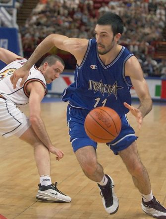 Italian Andrea Meneghin (R) drives past Spanish Ignacio Rodriguez during the Euro 99 Basketball championships final between Italy and Spain 03 July 1999 in Paris.  (ELECTRONIC IMAGE) (Photo by JACK GUEZ / AFP)        (Photo credit should read JACK GUEZ/AFP via Getty Images)