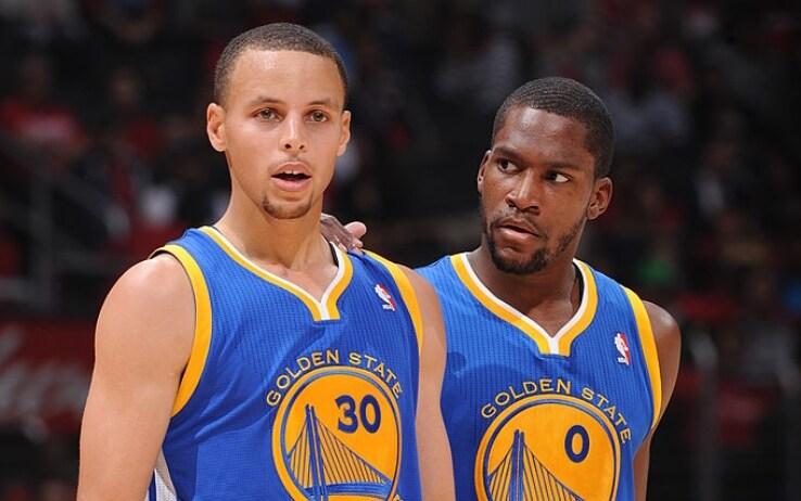Douglas con Steph Curry. Toney ha giocato a Golden State 24 gare fra il giugno 2013 e il gennaio 2014