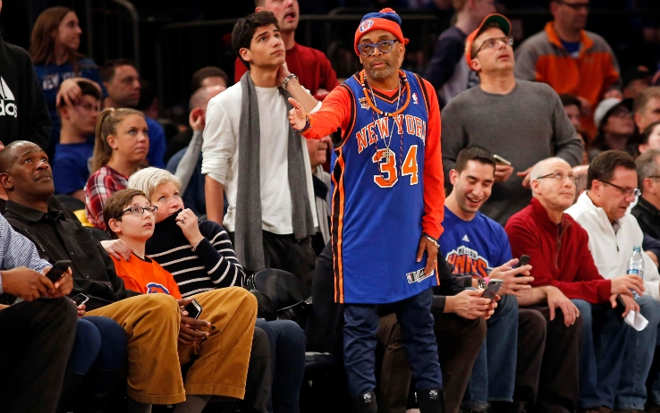 Spike Lee in prima fila al Madison, con la maglia di Charles Oakley
