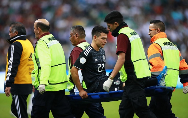 MEXICO CITY, MEXICO - OCTOBER 15: Hirving Lozano of Mexico leaves the pitch injured during the match between Mexico and Panama as part of the Concacaf Nations League at Azteca Stadium on October 15, 2019 in Mexico City, Mexico. (Photo by Hector Vivas/Getty Images)