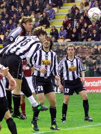 Il portiere della Reggina, Massimo Taibi, anticipa di testa Giuliano Giannichedda e segna il goal del pareggio contro l'Udinese, in una immagine del 02 aprile 2001. ANSA/FRANCO CUFARI