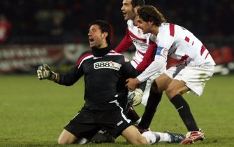 Donetsk, UKRAINE: Andres Palop, goalkeeper of FC Sevilla (L) jubilates as he scored against FC Shakhtar during a UEFA Cup football match in Donetsk 15 March 2007. Sevilla won 3:2. AFP PHOTO/SERGEI SUPINSKY (Photo credit should read SERGEI SUPINSKY/AFP/Getty Images)