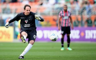 SAO PAULO, BRAZIL - AUGUST 17: Rogerio Ceni of Sao Paulo shoots a free kick during the match between Palmeiras and Sao Paulo for the Brazilian Series A 2014 at Estadio do Pacaembu on August 17, 2014 in Sao Paulo, Brazil. (Photo by Friedemann Vogel/Getty Images)