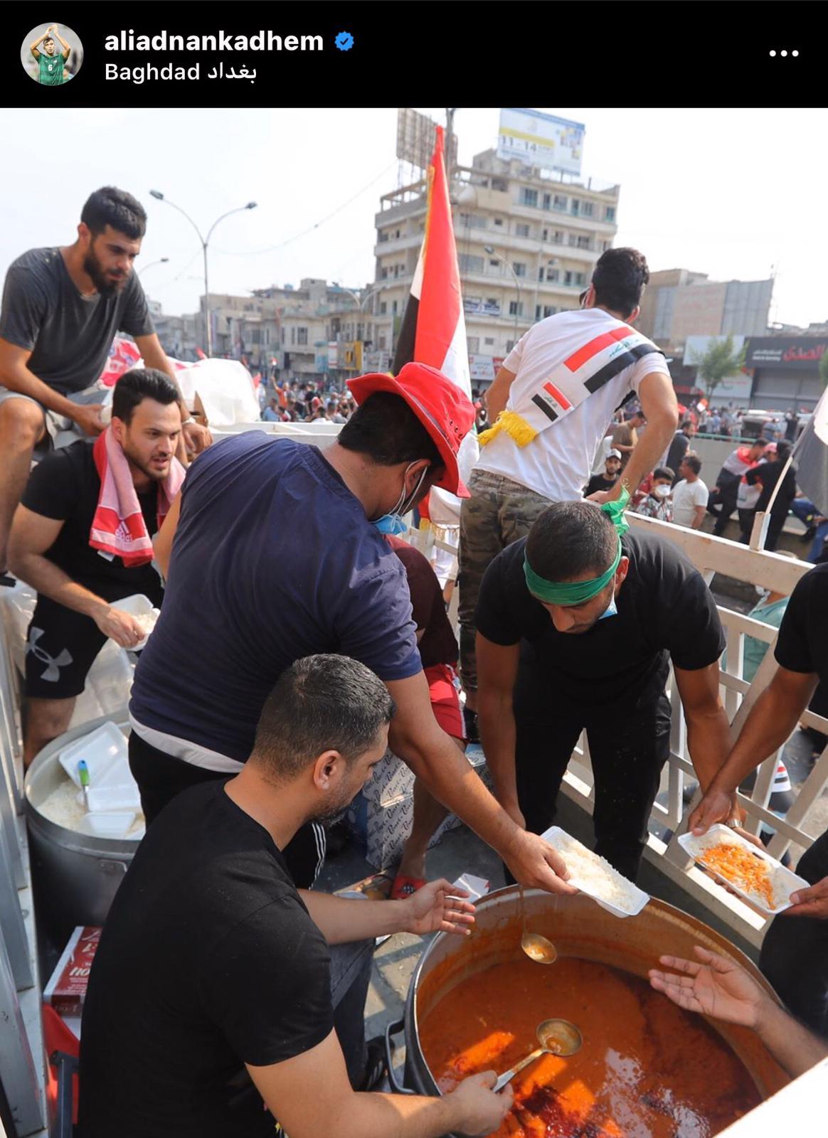 Ali Adnan distribuisce pasti