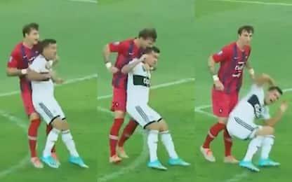 Altro che Suarez, morde avversario in testa! VIDEO