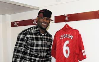 LeBron James con la maglia del Liverpool