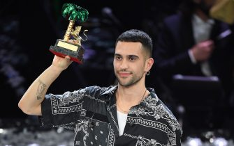 SANREMO, ITALY - FEBRUARY 09: Mahmood with his winner's award on stage during the closing night of the 69th Sanremo Music Festival  at Teatro Ariston on February 09, 2019 in Sanremo, Italy. (Photo by Daniele Venturelli/Daniele Venturelli/WireImage,)