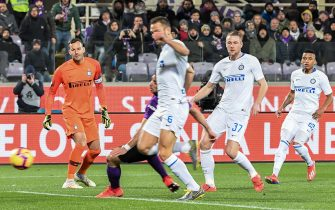 Inter Milan's Dutch defender Stefan de Vrij (C) scores an own goal as Inter Milan's Slovenian goalkeeper Samir Handanovic (L) looks on during the Italian Serie A football match Fiorentina vs Inter Milan on February 24, 2019 at the Artemio-Franchi stadium in Florence. (Photo by Tiziana FABI / AFP)        (Photo credit should read TIZIANA FABI/AFP via Getty Images)